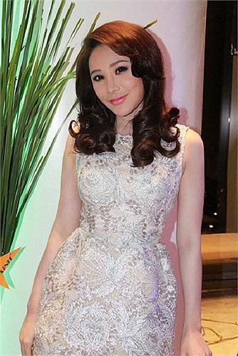 Hồ Quỳnh Hương nhận được nhiều lời khen với chiếc váy ánh kim này.