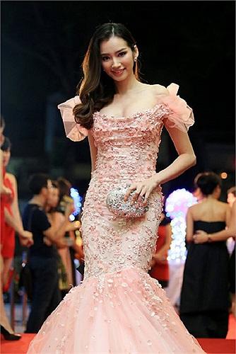 Trương Chi Trúc Diễm nữ tính và điệu đà.
