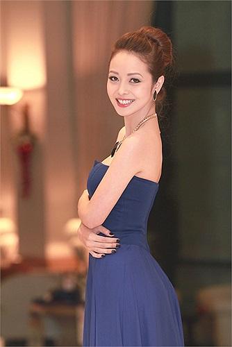Jennifer Phạm diện chiếc váy tím khoe làn da trắng cùng vòng eo thon gọn.
