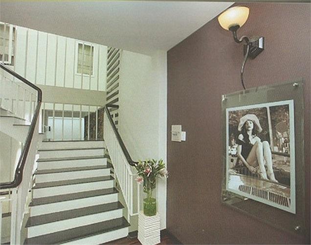 Ngôi nhà với màu chủ đạo là màu trắng nhẹ nhàng nữ tính. Nhìn bề ngoài trông như một 'bạch dinh'. Có người đã nhà cô là 'biệt thự màu trắng' hoặc 'bạch dinh'.
