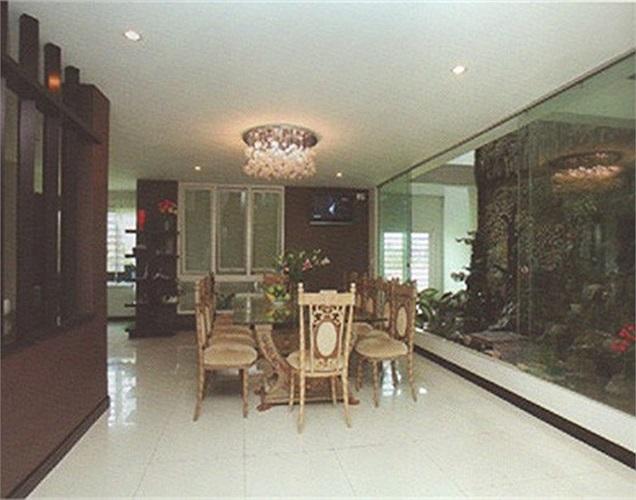 Căn nhà được thiết kế theo xu hướng tối giãn với hai màu chủ đạo là đen và trắng. Màu trắng thể hiện sự thanh thoát, màu đen thể hiện sự sang trọng.