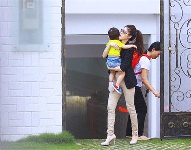 Bà xã Thủy Anh và con trai của Đăng Khôi bên ngoài ngôi nhà.