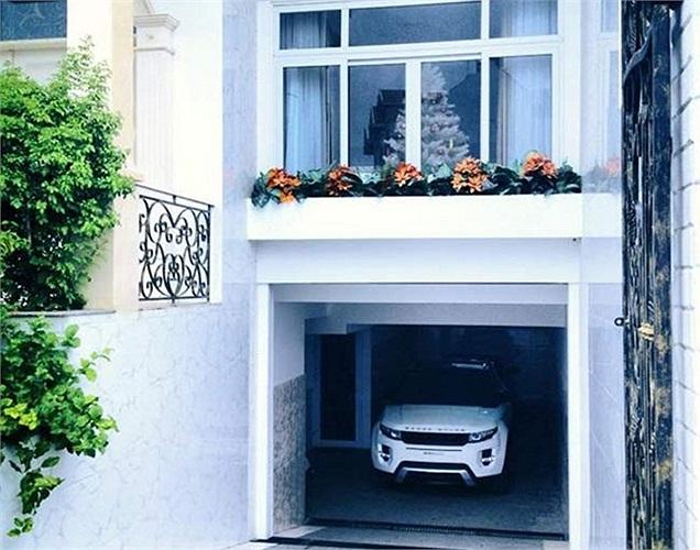 Đăng Khôi chưa từng bật mí cùng giới truyền thông về dinh thự màu trắng. Tuy nhiên, theo một số nguồn tin, với diện tích và độ hoành tráng như thế này, chắc chắn nhà riêng của anh phải có giá hàng tỷ đồng.