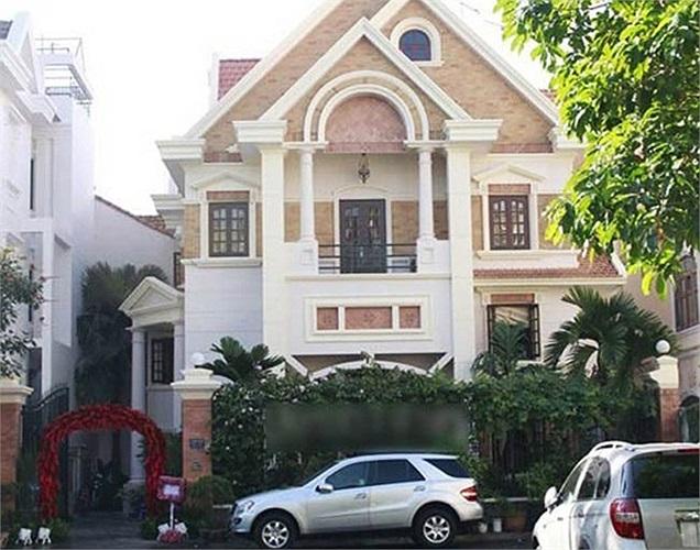 Căn biệt thự nằm trong khu biệt thự Him Lam quận Tân Bình, TP.HCM với kiểu kiến trúc hiện đại, sang trọng.