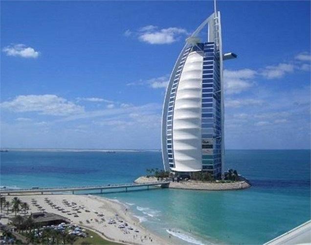 Cao hơn 320m so với mặt đất, khách sạn Burj Al Arab là công trình xây dựng được thiết kế bởi kiến trúc sư người Mỹ, Tom Wright, trong khi nội thất là tác phẩm của nhà thiết kế Khuan Chew.