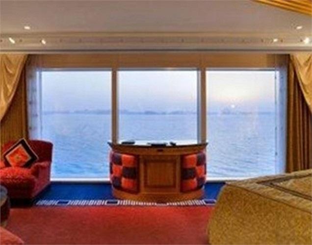Khách sạn có tất cả 202 phòng duluxe suite sang trọng nằm rải rác trên 26 tầng. Mỗi phòng thực chất như một căn hộ lớn trải dài trên 2 tầng được thiết kế theo gam màu ấm áp. Từng phòng có hành lang riêng, một phòng ngủ, phòng tắm và phòng khách được
