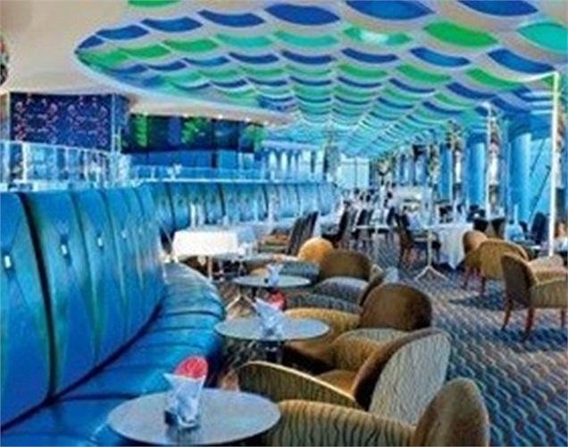 Trên tầng 27 của khách sạn là quán bar Skyview, nơi dành riêng cho những khách nghỉ tại khách sạn hoặc ăn tối ở một trong những nhà hàng tại đây.