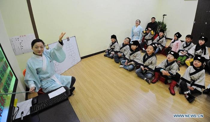 Một cô giáo dạy môn văn hoá truyền thống đang giảng bài cho các em học sinh tại một trường tư ở tỉnh Hồ Nam, Trung Quốc. Ảnh chụp ngày 7/12.