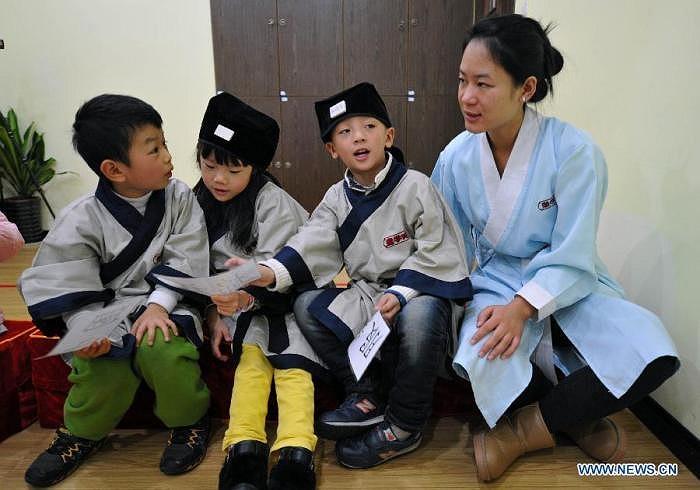 Các trẻ em trong độ tuổi 12 đã đăng ký tham gia các khoá học về văn hoá vào các ngày cuối tuần.