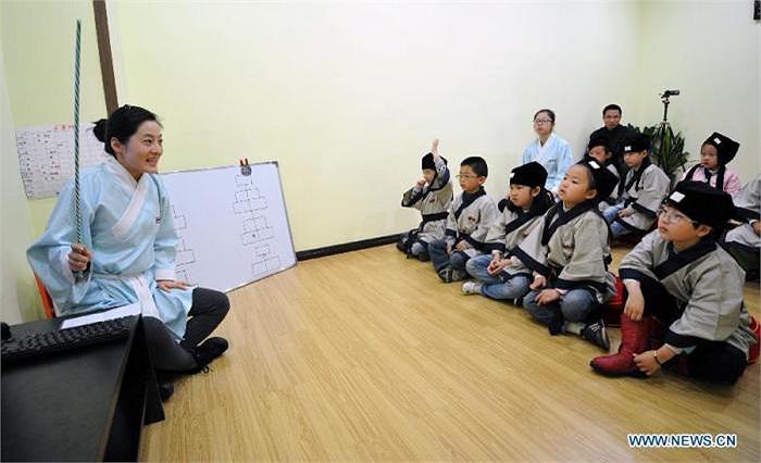 Cô giáo đang chỉ dẫn học trò một số phép tắc trong văn hoá truyền thống cổ xưa của người Trung Quốc.