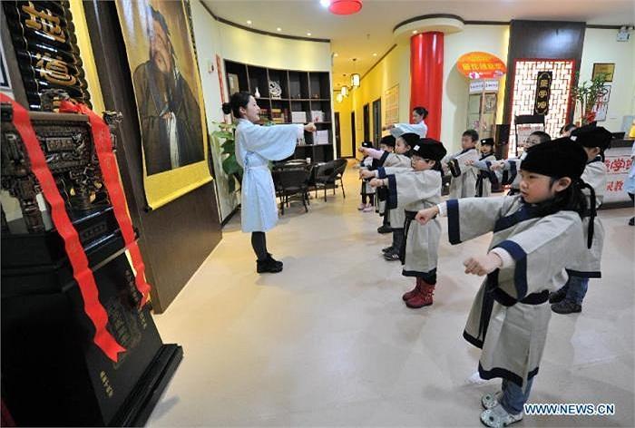 Được biết, các khoá học văn hoá truyền thống được mở thường xuyên tại các trường tư ở tỉnh Hồ Nam vào dịp cuối tuần.