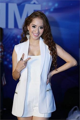 Khánh Thi xuất hiện với phong cách sành điệu nhưng không cầu kỳ trong vị trí MC 'Vũ điệu đam mê' đêm liveshow 9.
