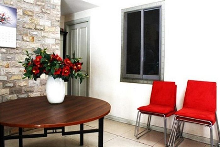 Từ đồ nội thất cho tới phụ kiện trang trí đều do chính tay Lam Trường chọn mua.