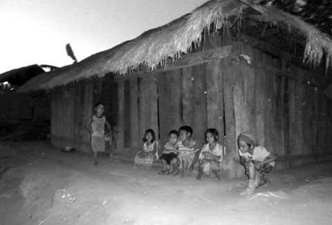 Một góc Liên Sơn 2, xã Phước Vinh với trẻ con nheo nhóc sau khi hàng loạt người tử vong vì uống rượu (Ảnh: Dòng đời)