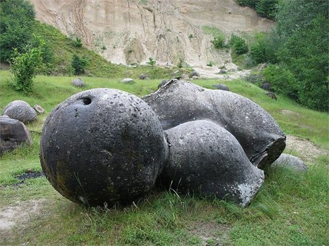 Theo đó, bên trong những tảng đá Trovants là lõi đá cứng, nhưng vỏ lại do cát cấu tạo nên.