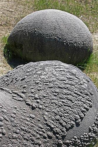 Trong tiếng Rumani, Trovants có nghĩa là xi măng cát. Tuy nhiên, không có nghĩa nó được làm từ hỗn hợp xi măng và cát trong xây dựng.