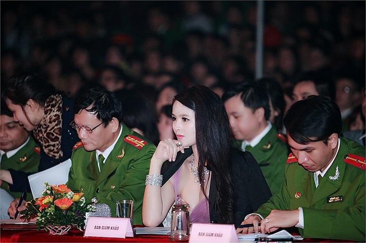 Sau 1 thời gian dài 'mất tích',hoa khôi thể thao 2012 Lại Hương Thảo đã đột ngột xuất hiện với vai trò giám khảo trong 1 cuộc thi của sinh viên Đại học Phòng cháy chữa cháy.