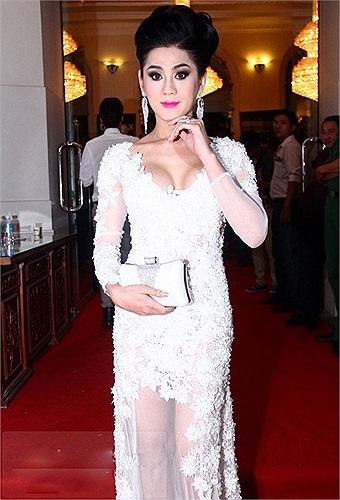 Lâm Chi Khanh hot hơn sau khi chuyển giới nhưng nữ ca sỹ này cũng được chú ý một phần nhờ vào những phát ngôn 'nổ' của mình. Lâm Chi Khanh tự nhận mình đẹp hơn cả Hương Giang Idol và quá đẹp để thi hoa hậu.