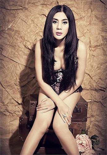 'Với gương mặt thanh tú, dáng người mảnh mai, làn da trắng mịn màng, tôi được đồng nghiệp và bạn bè xem như là một người đẹp - ca sỹ chuyển giới đẹp nhất Việt Nam'.