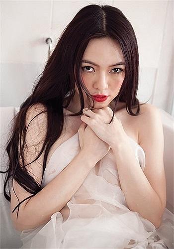 … người có hình thể đẹp nhất - Hoa hậu Biển Việt Nam 2007, Người đẹp được yêu thích nhất - Hoa hậu Việt Nam 2008.