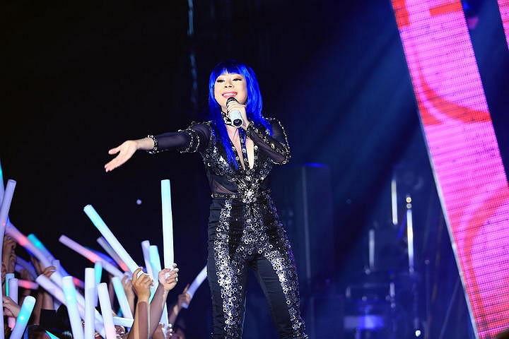 Thanh Thảo đội tóc giả xanh lè như Cyber Girl trong tiết mục mở màn.