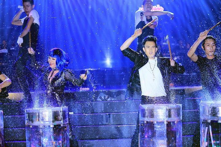 Dương Triệu Vũ góp mặp trong tiết mục sôi động cùng Thanh Thảo.
