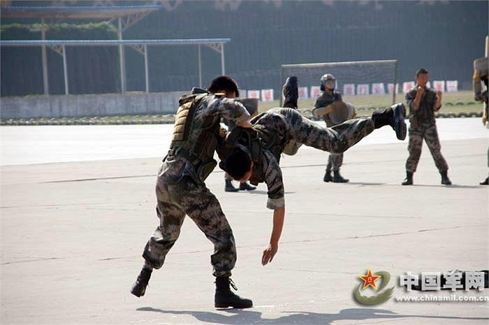 Những binh sỹ ở Quân khu Bắc Kinh, Trung Quốc luyện võ