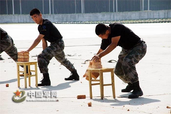 Một trong những bài tập luyện công của các binh sỹ này là tay không chặt vỡ gạch