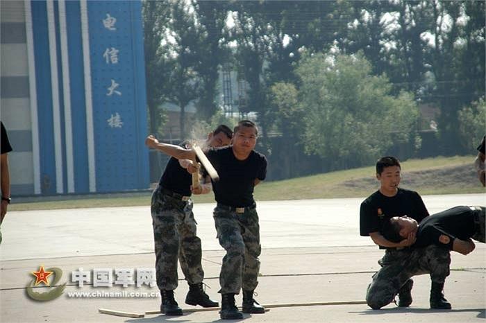 Binh sỹ luyện cơ tay bằng cách dùng thanh gỗ đập mạnh vào cánh tay