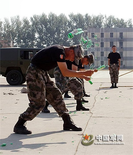 Kinh ngạc hơn nữa là cảnh các binh sỹ dùng chai thủy tinh đập vào đầu mình