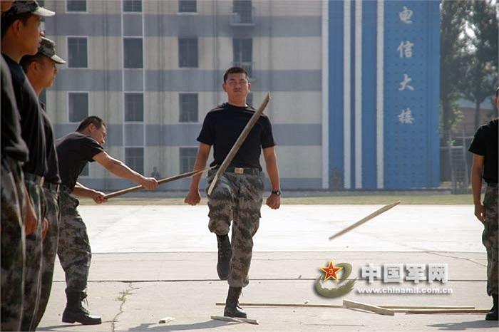 Binh sỹ Quân khu Bắc Kinh luyện cơ đùi bằng các thanh gỗ