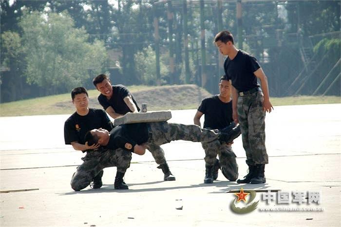 Binh sỹ Trung Quốc mạo hiểm trong bài luyện cơ bụng bằng tấm xi măng