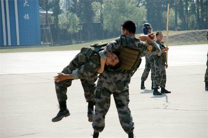 Ngoài việc luyện công, các binh sỹ Quân khu Bắc Kinh còn luyện võ, trao đổi kinh nghiệm với nhau