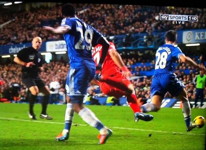 Điển hình là tình huống Eto'o phạm lỗi với Suarez lúc cuối trận