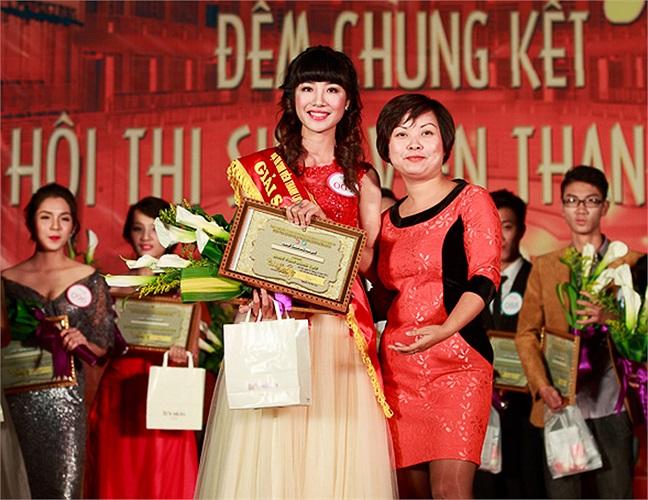Đồng chí Nguyễn Mai Lan trao Giải Sáng tạo cho thí sinh Bùi Bích Phương (001). Bùi Bích Phương là sinh viên K57 - Khoa Báo chí và Truyền thông.