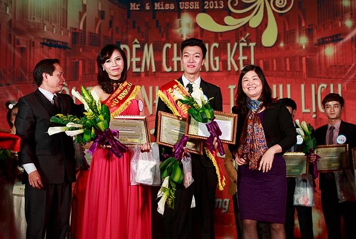 TS Nguyễn Quang Liệu và ThS Ngô Thị Kiều Oanh trao giải tài năng cho Nguyễn Thị Hồng Bích (SBD 071, K56 Khoa Đông phương học) và Nguyễn Thế Mạnh (SBD 088, K57 - Liên kết 2+2).