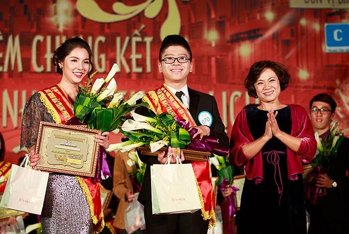 NTK Lan Hương trao giải Trang phục tự chọn đẹp nhất cho Nguyễn Thị Ngân Giang (SBD 096, K57 Thông tin-Thư viện) và Đặng Quang Huy (SBD 070, K58 Khoa học Quản lí).