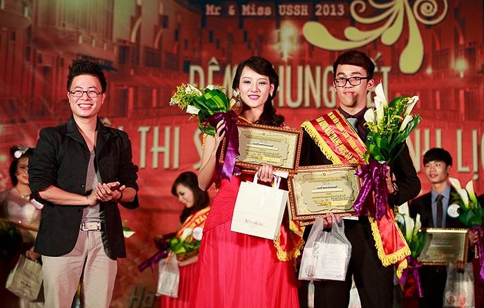 ThS Trịnh Lê Anh trao giải Trang phục dạ hội đẹp nhất cho Nguyễn Vũ Minh Hằng (SBD 048, K57 Văn học) và Nguyễn Đỗ Trường Giang (SBD 037, K58 Xã hội học).