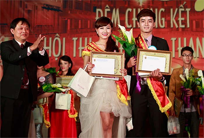 Nguyễn Thị Trà My (SBD 025, K58 Khoa học Chính trị) và Nguyễn Công Đạt (SBD 044, K57 Báo chí và Truyền thông) nhận giải thí sinh được yêu thích nhất.