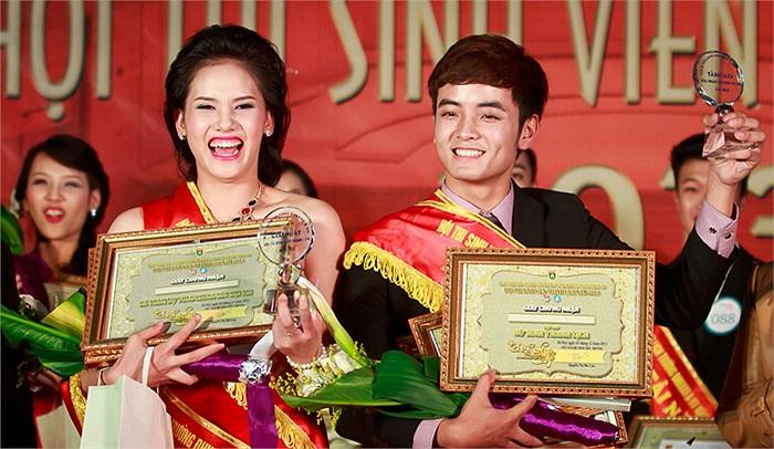 Khoảng khắc đăng quang của Hoàng Thị Hoà và Nguyễn Công Đạt tại Chung kết Hội thi Sinh viên thanh lịch - USSH Gralent 2013.