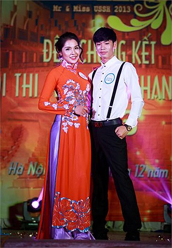 Phần trình diễn trang phục bắt buộc của Nguyễn Thị Ngân Giang (096) và Nguyễn Duy Kết (025).