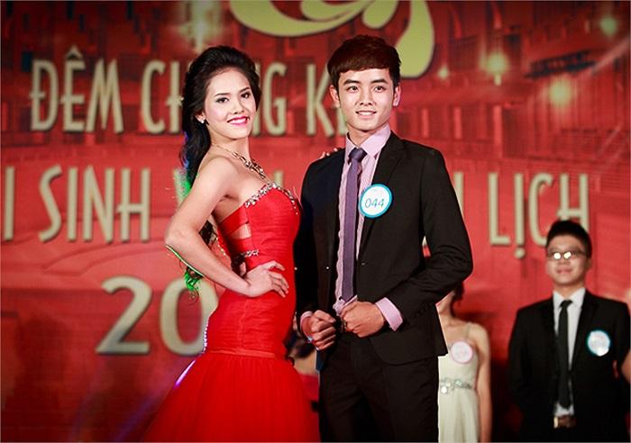 Cặp đôi cheerleaders Hoàng Thị Hoà (SBD 089, K57 Du lịch học) và Nguyễn Công Đạt (SBD 044, K57 Báo chí và Truyền thông) trong phần thi trang phục dạ hội.