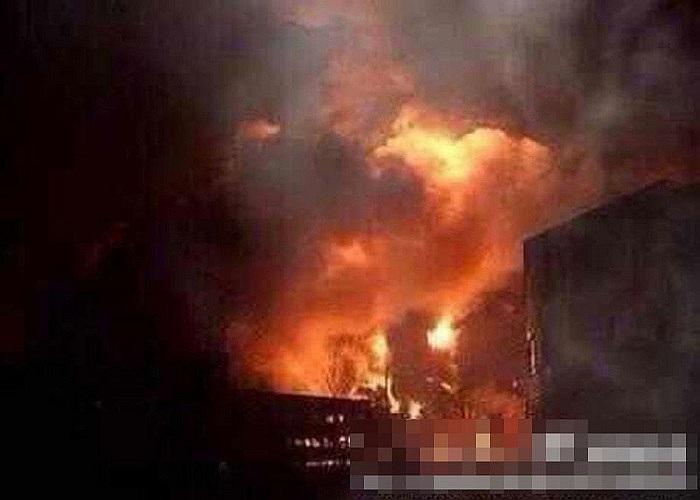 Khói lửa nghi ngút bốc lên từ vụ nổ