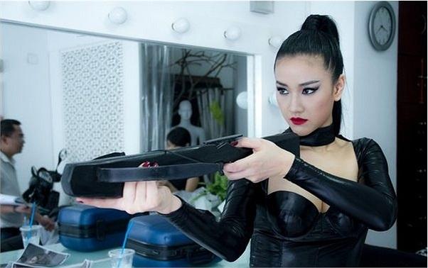 Phim Cô dâu đại chiến 2 đang gây sốt khi tung ra những hình ảnh nóng bỏng của hội quả phụ áo đen: Maya, Vân Trang, Lê Khánh, Yu Dương.