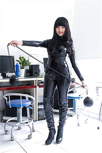 Cô là trợ thủ đắc lực cho các đàn chị trong nhóm 'quả phụ áo đen'.
