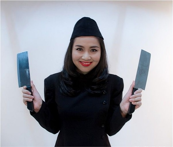Lê Khánh vẫn là một cô đầu bếp bí hiểm với tài phi dao 'bách phát bách trúng'.