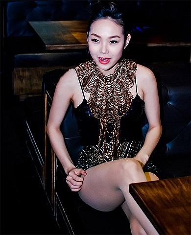 Mỗi lần xuất hiện trên sân khấu, Minh Hằng luôn khiến người xem 'đã mắt' với phong cách thời trang sexy của mình.