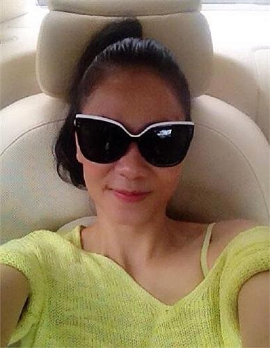Thu Minh khoe kính mới.