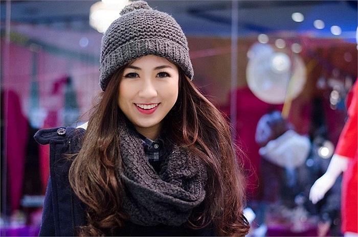 Gương mặt rất trẻ trung, đáng yêu, diện đồ ấm ấp, Tú Anh nhí nhảnh tạo dáng.