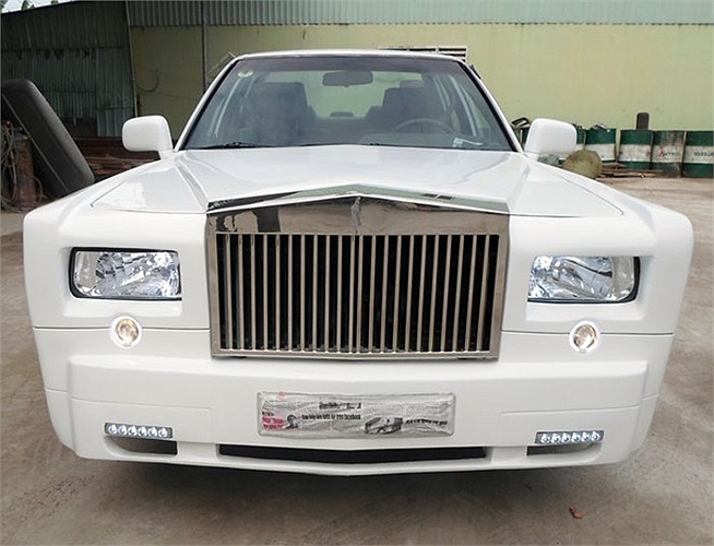Sau chiếc Rolls-Royce Phantom nhái ở Thanh Hóa, một chiếc Phantom kiểu dáng tương tự vừa xuất hiện ở TP HCM và được rao bán với giá 300 triệu đồng.